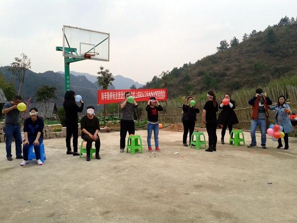 在第106 个三八国际妇女节到来之际,涌溪乡组织全乡女干部和女村干开展了妇女节主题活动。   本次主题活动主要是基本国策宣讲、趣味体育活动和气排球比赛几个部分。在趣味体育活动中,乡妇联精心设计了趣味保龄球、欢乐袋鼠跳、纸杯传水、夹气球跑等多个比赛项目。活动现场,大家踊跃参加、热情激昂,在一旁的观众则呐喊助威,喝彩声此起彼伏,大家沉浸在一片欢乐的气氛中。   活动结束,大家都感觉意犹未尽,纷纷表示在忙碌的工作中能参加乡里精心组织的庆祝活动,感受到了乡党委政府对女性的关爱,备受感动和鼓舞。此次活动