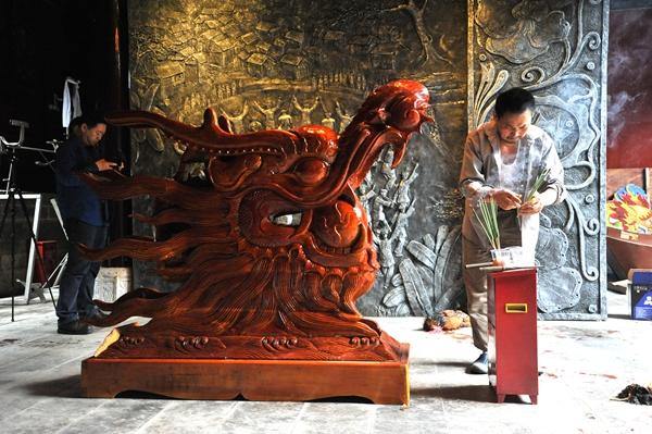 本土木雕工艺大师潘光福所赠龙头运抵镇远