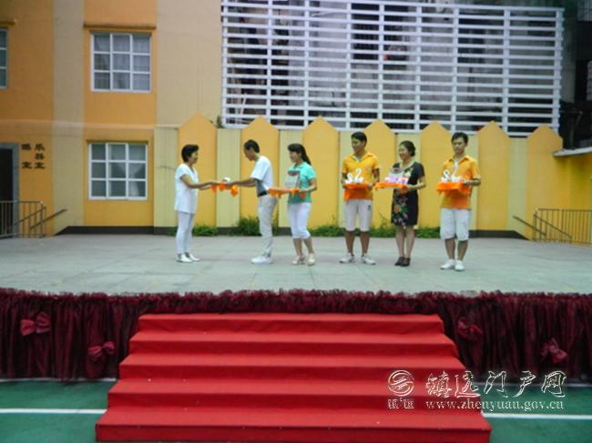 苗屯小学教师接受思媛幼儿园爱心捐赠现场