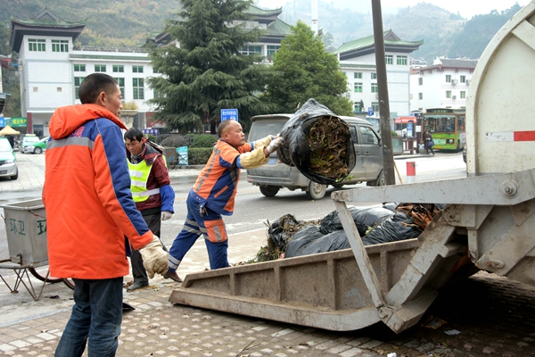 工人正在清理垃圾(一)_副本.jpg